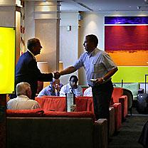 Nederland, Schiphol, 07-06-2007.Vooral zakenmensen ontmoeten elkaar in het Schiphol Hilton hotel, zowel in afgehuurde ruimtes en suites, als hier in de lobby. Foto Roger Dohmen/Hollandse Hoogte